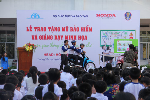 """Khởi động chương trình giáo dục """"An toàn giao thông cho nụ cười trẻ thơ"""" 2016 - 5"""