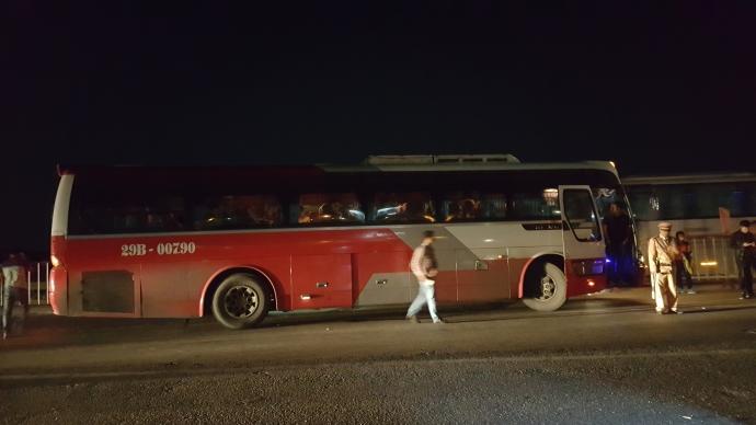 Nghẹt thở truy bắt xe khách 47 chỗ nhồi hơn 80 khách - 1