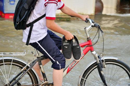 Triều cường đạt đỉnh, học sinh xắn quần, xách giày đến trường - 11