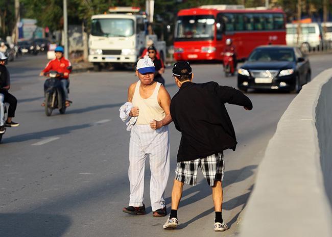 Người già đi tập thể dục buổi sáng chỉ cần mặc áo may ô.