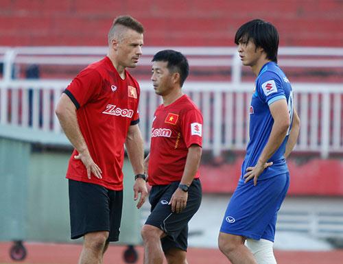 AFF Cup: HLV Hữu Thắng lo nhất chấn thương Tuấn Anh - 2