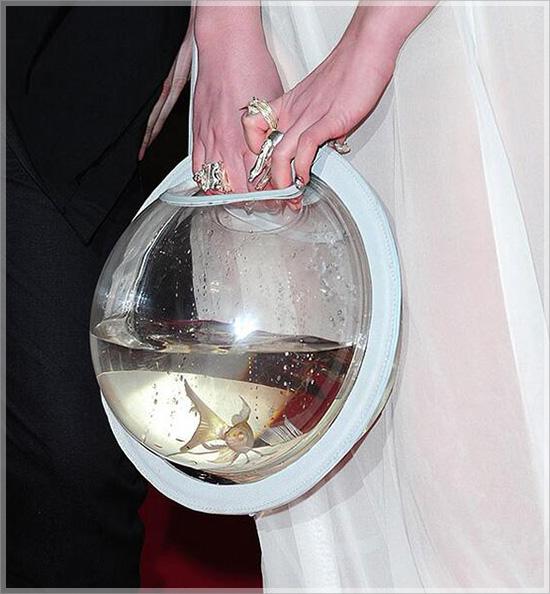 Lần đầu thấy túi hiệu trang trí bằng cá vàng đang bơi - 2