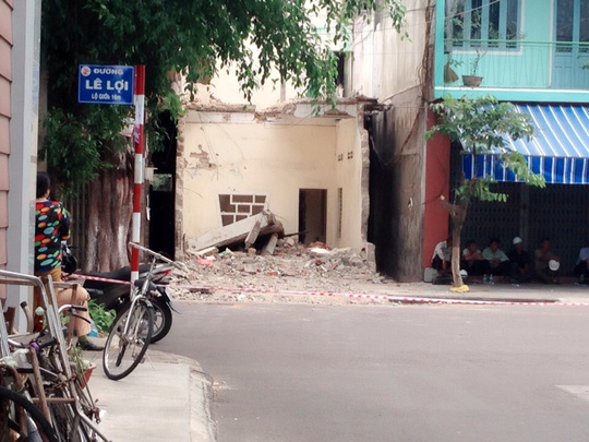 Tháo dỡ nhà, một công nhân bị sàn bê tông đè chết - 2