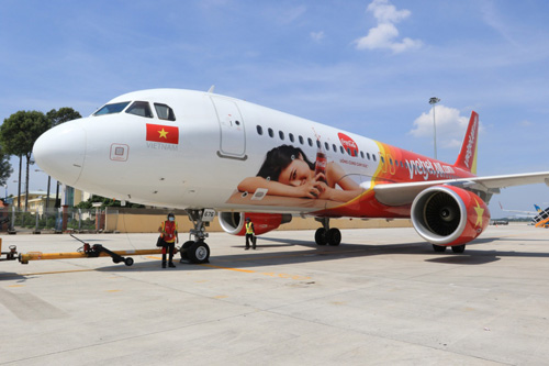 Ấn tượng chiếc máy bay mang hình ảnh Coca-Cola - 2