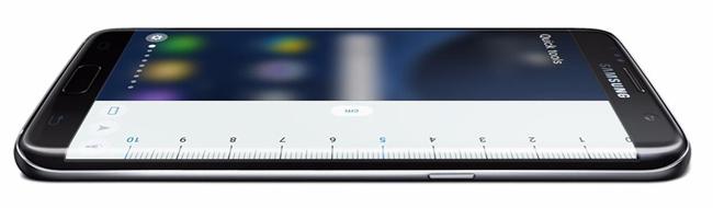 Màn hình của Galaxy S7 Edge tràn cạnh, giúp hiển thị tối đa khi xem phim, chơi game thoải mái