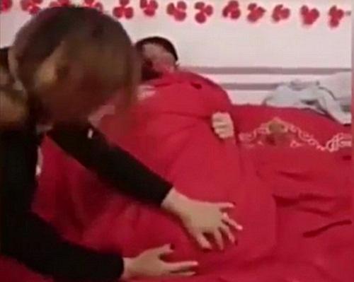 TQ: Cô dâu chú rể bị ép thân mật trước mặt khách mời - 2