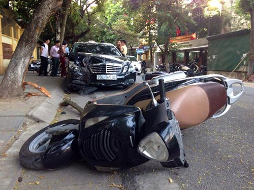 HN: Xế hộp tông liên tiếp 2 xe máy, 4 người gặp nạn - 1