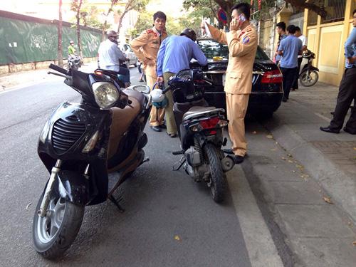 HN: Xế hộp tông liên tiếp 2 xe máy, 4 người gặp nạn - 2
