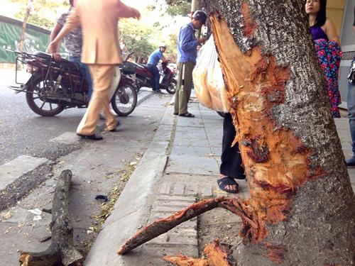 HN: Xế hộp tông liên tiếp 2 xe máy, 4 người gặp nạn - 4