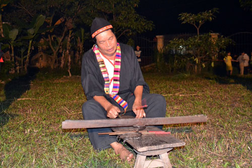 Thanh niên, già làng tung tăng chân trần lao vào lửa đỏ - 1