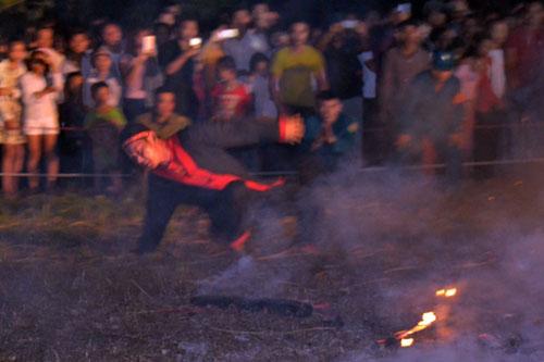 Thanh niên, già làng tung tăng chân trần lao vào lửa đỏ - 4