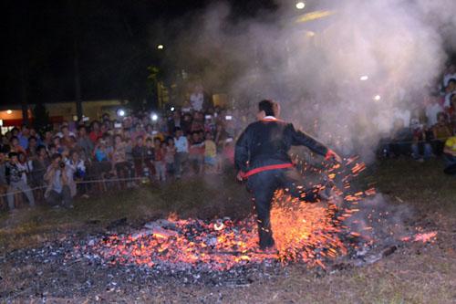 Thanh niên, già làng tung tăng chân trần lao vào lửa đỏ - 7