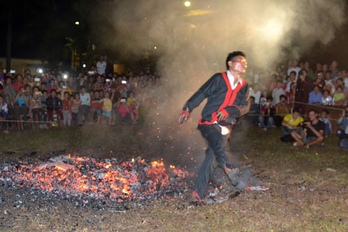 Thanh niên, già làng tung tăng chân trần lao vào lửa đỏ - 8