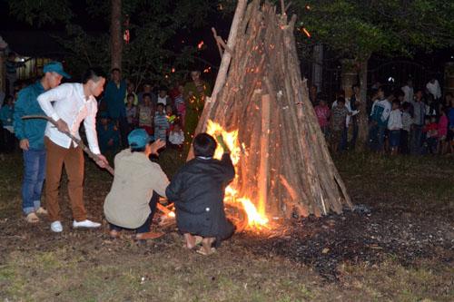 Thanh niên, già làng tung tăng chân trần lao vào lửa đỏ - 2