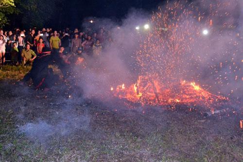Thanh niên, già làng tung tăng chân trần lao vào lửa đỏ - 5