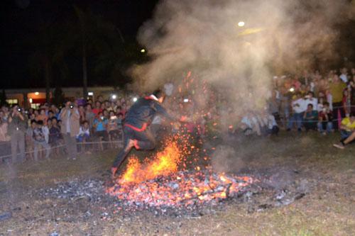 Thanh niên, già làng tung tăng chân trần lao vào lửa đỏ - 6