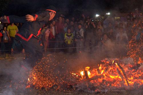 Thanh niên, già làng tung tăng chân trần lao vào lửa đỏ - 3
