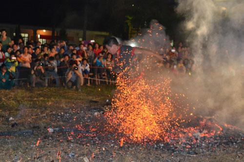 Thanh niên, già làng tung tăng chân trần lao vào lửa đỏ - 9