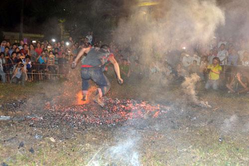 Thanh niên, già làng tung tăng chân trần lao vào lửa đỏ - 10