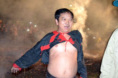 Thanh niên, già làng tung tăng chân trần lao vào lửa đỏ - 11