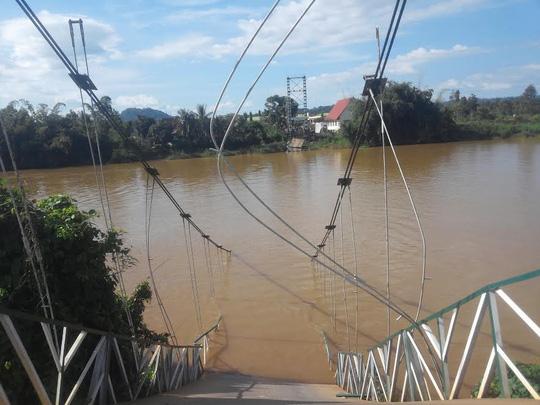 Sập cầu ở Đồng Nai: Thanh niên cứu 2 người thoát chết - 1