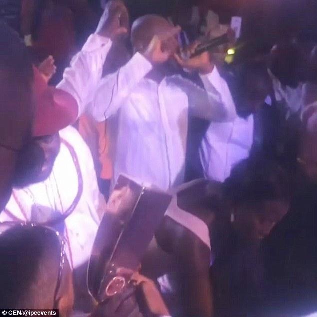 Dân chơi Nigeria dùng súng vàng bắn tiền lên trời - 1