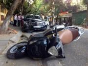 Tin tức trong ngày - HN: Xế hộp tông liên tiếp 2 xe máy, 4 người gặp nạn
