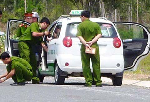 Hai thanh niên cướp tiền tài xế taxi giữa cánh đồng - 1