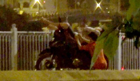 Video vạch trần nhóm móc túi ở cầu Mống - 2