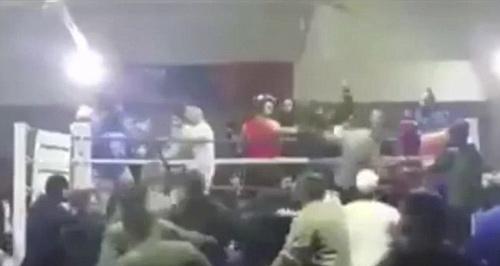 """Boxing: """"Ngứa mắt"""", khán giả """"đánh hội đồng"""" võ sĩ - 1"""