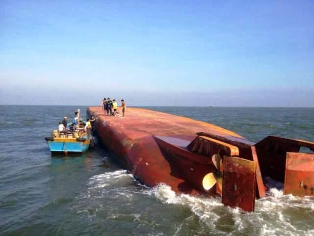 Sà lan va vào tàu hàng, 2 thuyền viên rơi xuống nước - 1