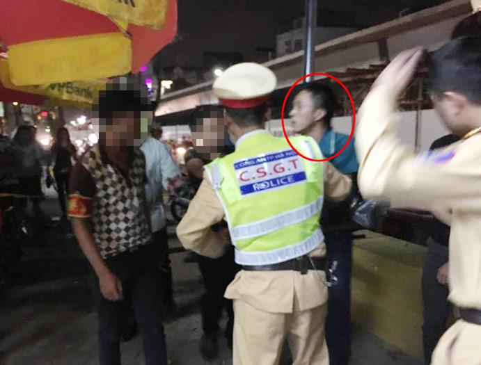 """""""Ma men"""" dọa nạt, đạp ngã cảnh sát tại chốt 141 - 1"""