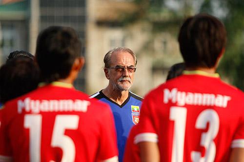"""Ronaldo của Myanmar là """"hung thần"""" với hậu vệ Việt Nam - 2"""