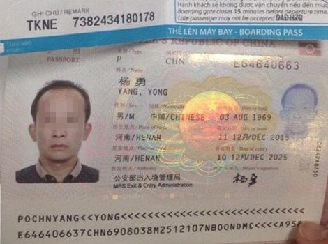Hành khách Trung Quốc lục lọi túi xách trên máy bay - 1