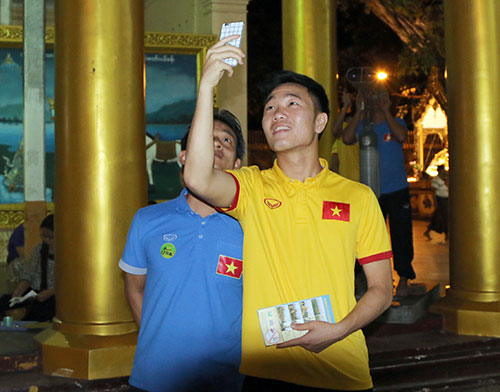 Hữu Thắng, Công Vinh, Công Phượng...đi chùa Vàng cầu may ở AFF Cup - 1