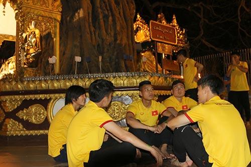Hữu Thắng, Công Vinh, Công Phượng...đi chùa Vàng cầu may ở AFF Cup - 9