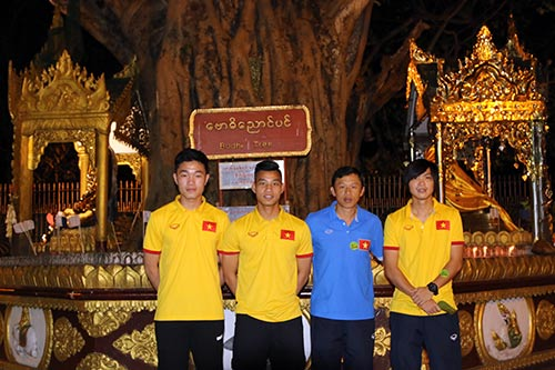 Hữu Thắng, Công Vinh, Công Phượng...đi chùa Vàng cầu may ở AFF Cup - 10