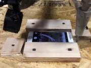 Thời trang Hi-tech - Dùng cưa nước cắt iPhone 7 như cắt đậu phụ ở Mỹ