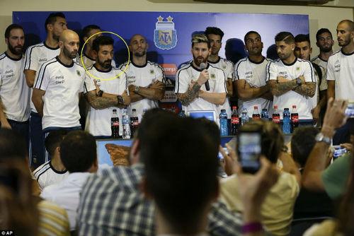 """Gia đình Messi & con gái Maradona """"tuyên chiến"""" nhà báo Argentina - 3"""