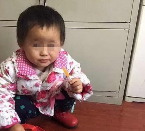 Bố mẹ cãi nhau bỏ quên con gái 2 tuổi suốt một ngày - 1