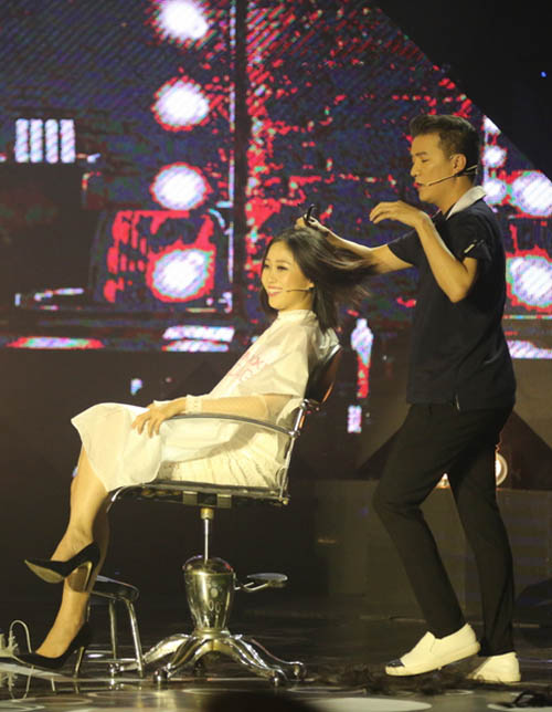Cô gái hốt hoảng vì bất ngờ bị Mr. Đàm cắt phăng tóc trên sân khấu - 2