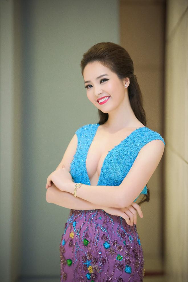 """Hoa - á hậu ngày càng mặc táo bạo khi """"lấn sân"""" làm MC - 1"""