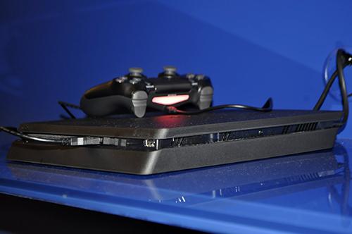 Ảnh thực tế máy chơi game PlayStation 4 mới và tay cầm không dây - 4