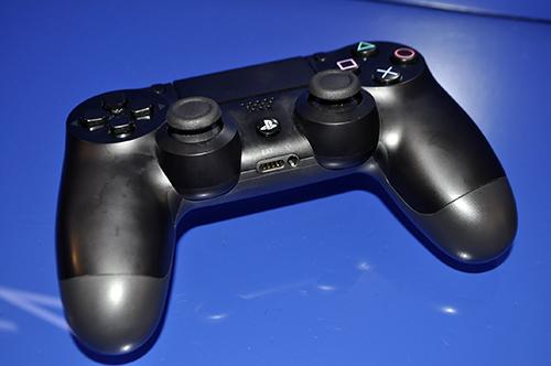 Ảnh thực tế máy chơi game PlayStation 4 mới và tay cầm không dây - 7