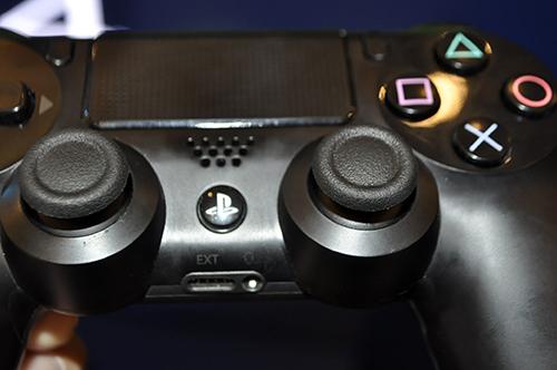 Ảnh thực tế máy chơi game PlayStation 4 mới và tay cầm không dây - 8