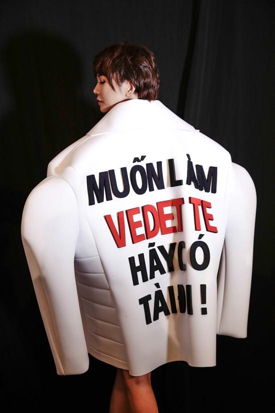 Thanh Hằng diện áo với slogan gây sốc trên sàn diễn - 2