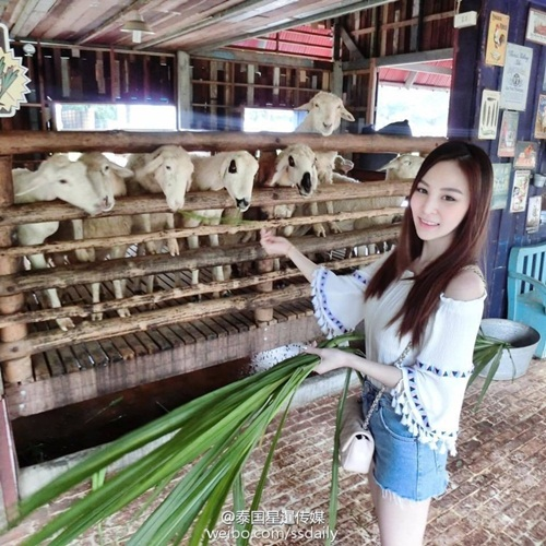 """""""Nữ thần nước ép"""" Thái Lan gây xôn xao với thân hình nóng bỏng - 5"""