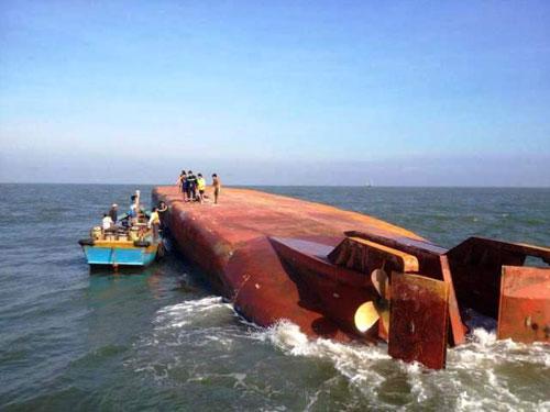 Thợ lặn tìm thấy nữ thuyền trưởng sà lan gặp nạn ở độ sâu 10m - 1