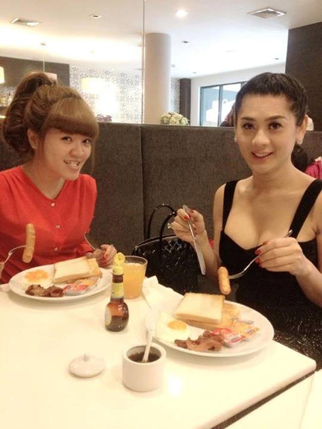Lâm Chi Khanh nổi tiếng là một người đẹp chuyển giới có phong cách thời trang táo bạo trong showbiz Việt. Khi đi ăn tại nhà hàng, nữ ca sĩ cũng giữ nguyên thói quen ăn vận gợi cảm.