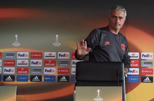 MU - Arsenal: Mourinho trẻ lại bảo thủ hơn Wenger già - 2